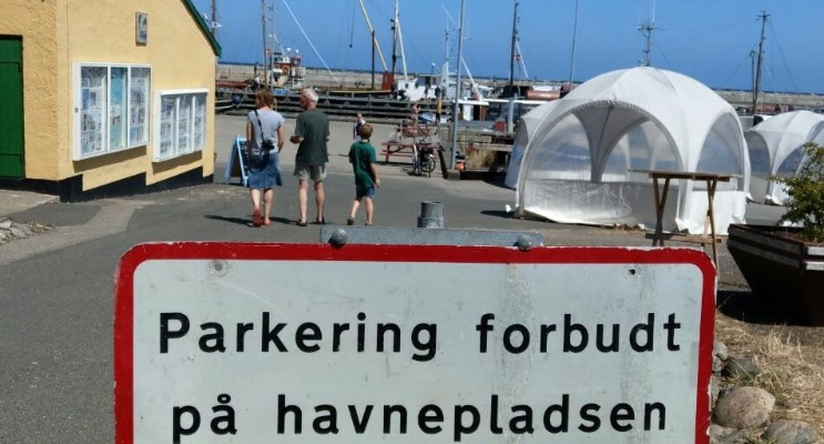 Schilder an Dänemarks Strassen – Parkering forbudt