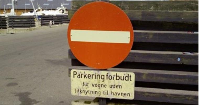 Schilder an Dänemarks Straßen – Parkering forbudt