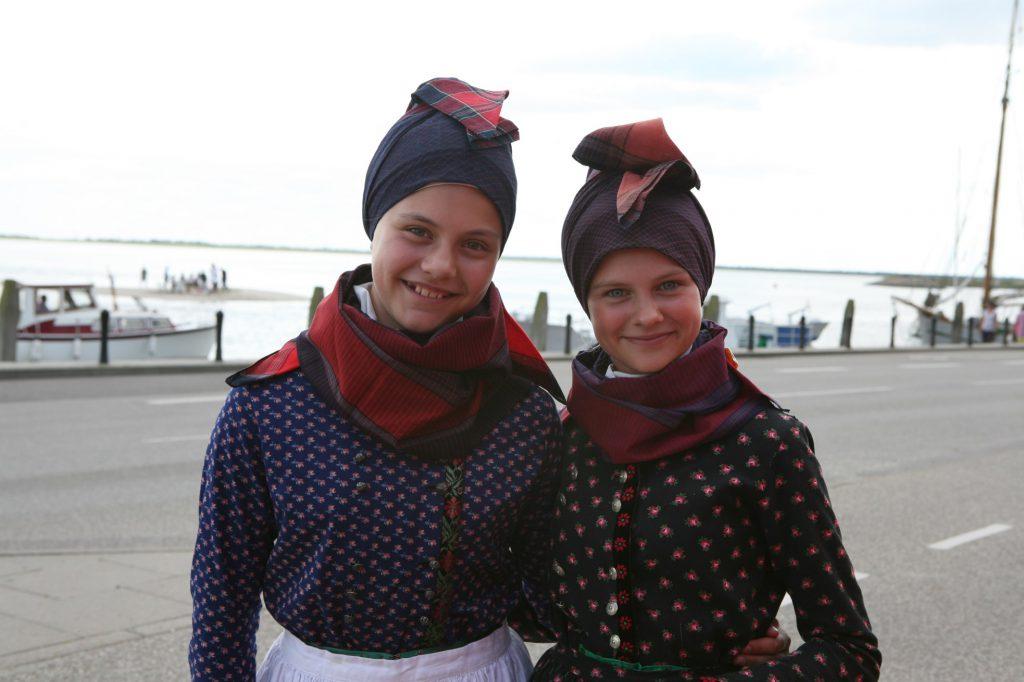 Zwei Mädchen auf dem  Volksfest Fannikerdage - die Tage der Bewohner Fanøs. Hier zeigt man sich gerne in traditioneller Tracht.