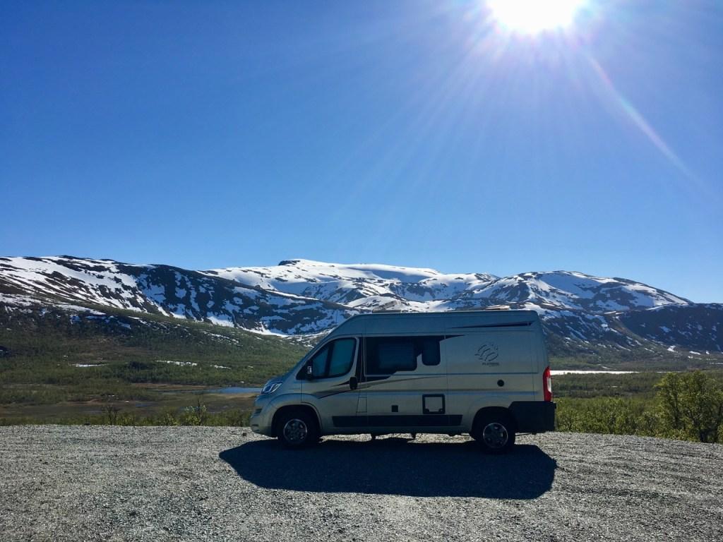 Der Camper von Kerstin vor Bergkulisse in Norwegen