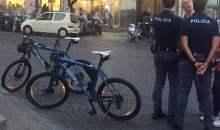 Agenti in bicicletta nel quartiere Vomero di Napoli