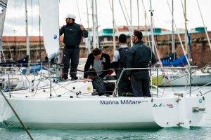 A Livorno il J24 della Marina Militare La Superba sorpassa e si porta al comando