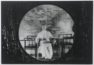 In Villa La Pietra (FI) in motra Harold Acton in Cina, 1932-1939