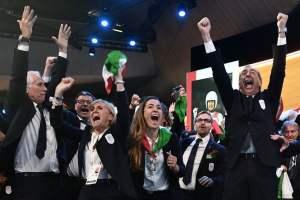 Giovanni Malagò, Diana Bianchedi, Luca Zaia e Beppe Sala festeggiano insieme al resto della delegazione italiana