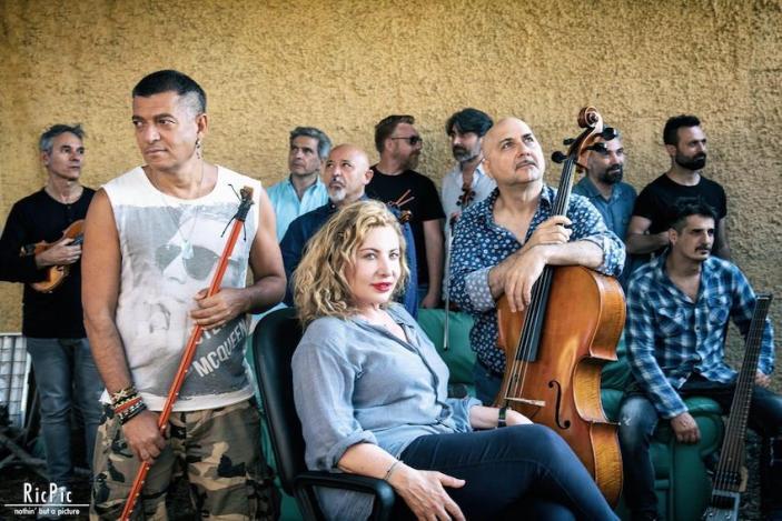 Capone & BungtBangt in concerto con Strativari