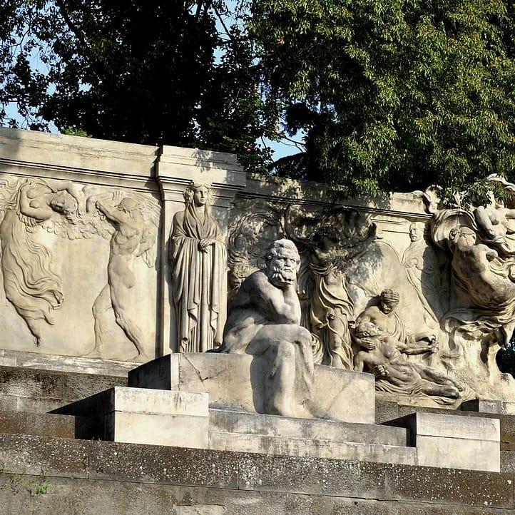 In foto, la raffigurazione scultore di un Carducci assorto e concentrato nell'omonima piazza.