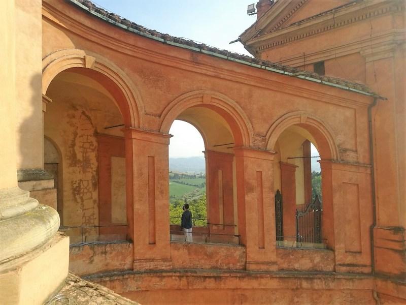 Tra le 10 cose particolari da fare a Bologna c'è l'ammirare i colli bolognesi dal Santuario di San Luca. In foto, scorcio panoramico dei portici al Santuario.
