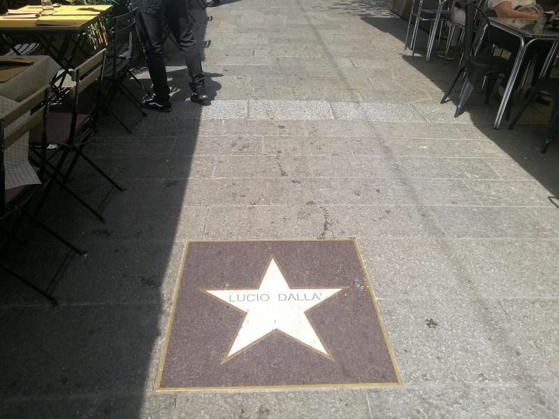 In foto, la stella di marmo per Lucio Dalla nella strada del jazz di Bologna in via degli Orefici.