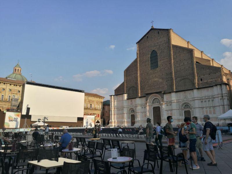 Nel nostro itinerario di Bologna in un giorno non poteva mancare di certo Piazza Maggiore, su cui affaccia la Basilica di San Petronio.