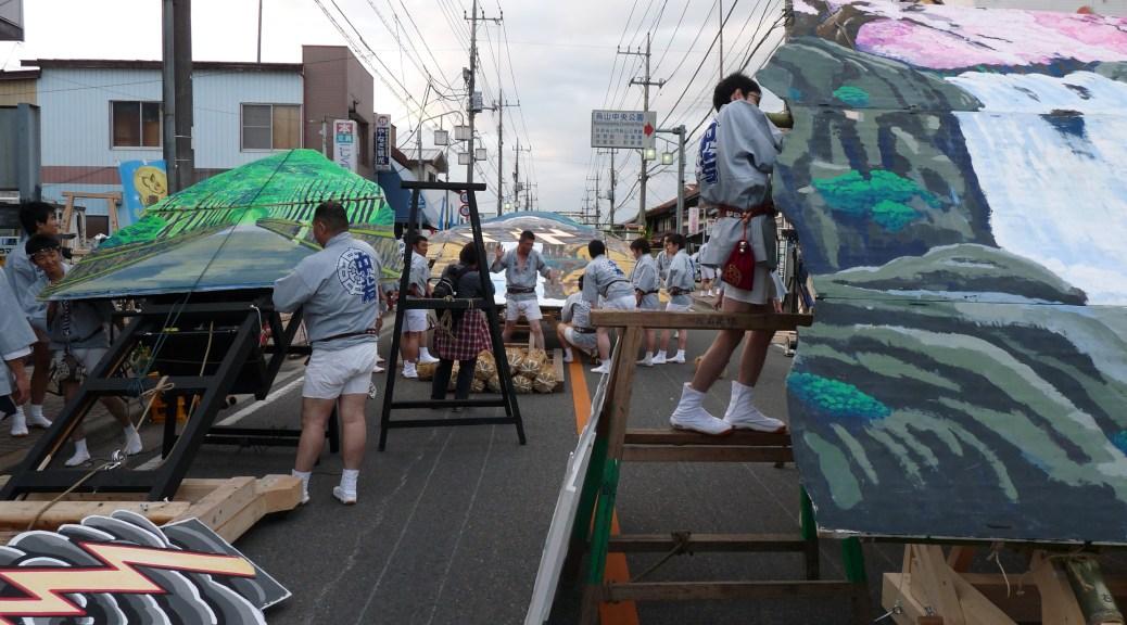 道路には奥行100mに及ぶ舞台が作られる(写真:山あげ祭2011年7月24日鍛冶町訪問)