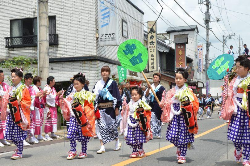 18_金棒曳が屋台を先導する(写真:2011年7月24日金井町訪問)