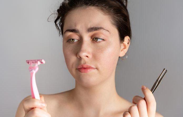 هل إزالة شعر الوجه بالشفرة يؤذيها؟