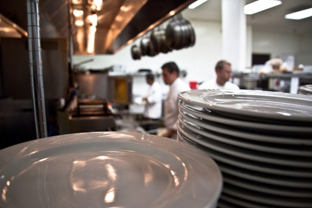 Isot lautaset, isompi annos.