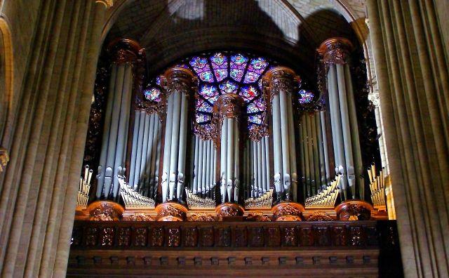 Grandes orgues de Notre Dame de Paris, juste devant une des rosaces.