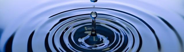 Image décorative : goutte d'eau tombant dans l'eau et se se réverbérant en cercles concentriques.