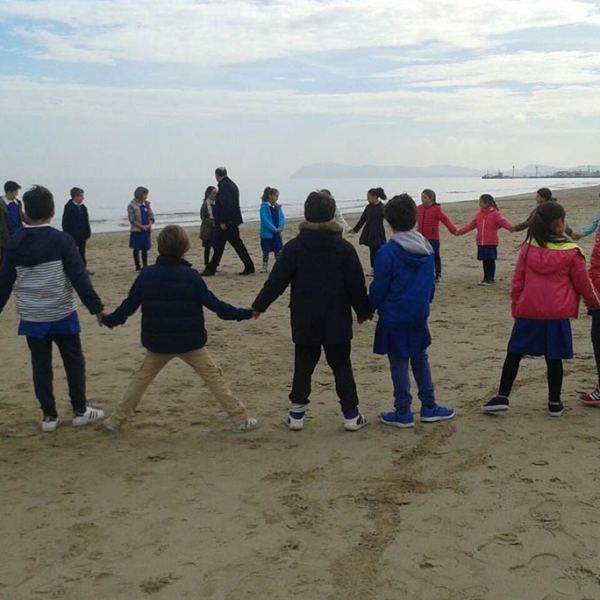 Ci divertiamo al mare insieme al nostro amico Don Roberto.