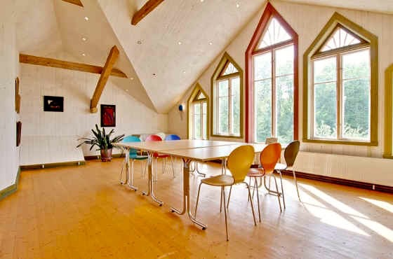 In this room, Frans, that is 40 m2 you can be 15 people for a course. Thanks to the generous height it is a spacious room with views over the garden.