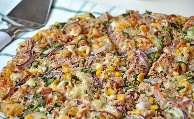 Hvit pizza med tunfisk og pinjekjerner