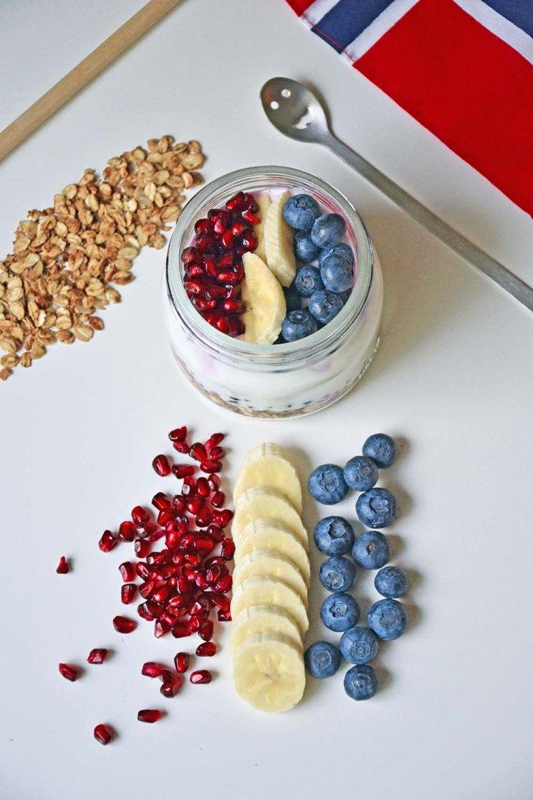 Yoghurt med ristet havregryn, frukt og bær