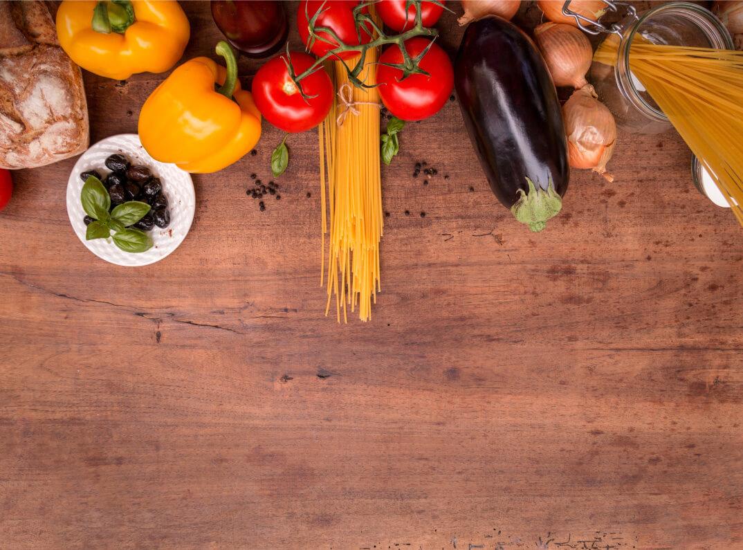 Gemüse, Pasta und Brot liegt auf Tisch