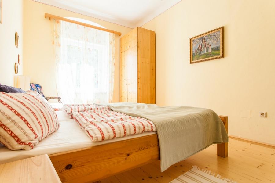 Schlafzimmer mit Doppelbett in Ferienwohnung Irene