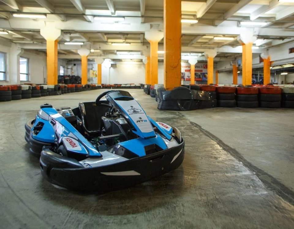 Kartinga halle Preses namsKartinga nams XL Riga Trase ( >300m ) ir veidota ar dažādu ātrumu un sarežģītības posmiem Jaudīgi Sodi RT 8 kartingi prasmīgākiem braucējiem un kartingi bērniem