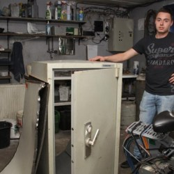 uitbater Mathias De Clercq bij opengebroken brandkast (FOTO: MPH)