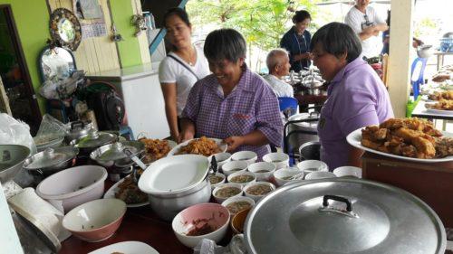 สมาชิกกลุ่มช่วยกันปรุงอาหารจากปลาแรด
