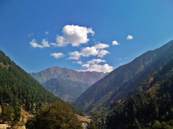 It can also be accessed through a trek from Bandipore via Arin.