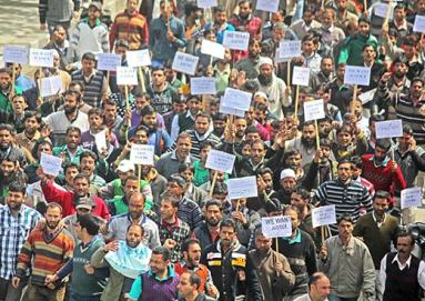 Employees-Protesting-in-Srinagar