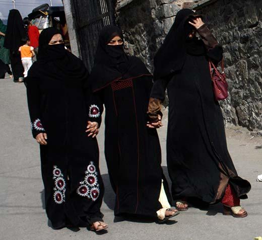 Abbaya-wearing-kashmiri-ladies