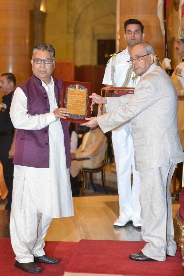 Abdul Rashid Hafiz receiving award from President, Pranab Mukherjee.
