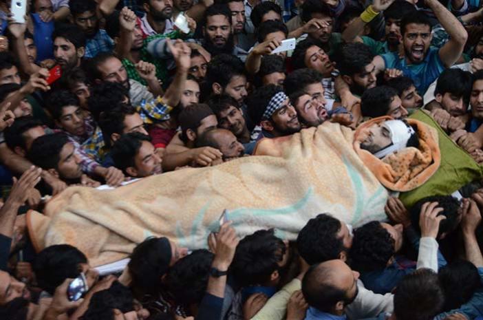 People carrying body of Hizb commander Burhan Wani.