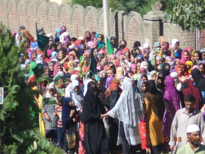 Hundreds of women particiapted in a rally in Botengoo, Sopore. (KL Image: Mohammad Abu Bakr)