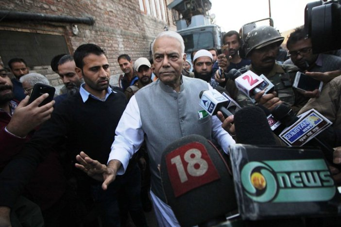 Yashwant Sinha speaking to reporters after meeting Syed Ali Geelani outside later's residence on Oct 25, 2016. (KL Image: Bilal Bahadur)
