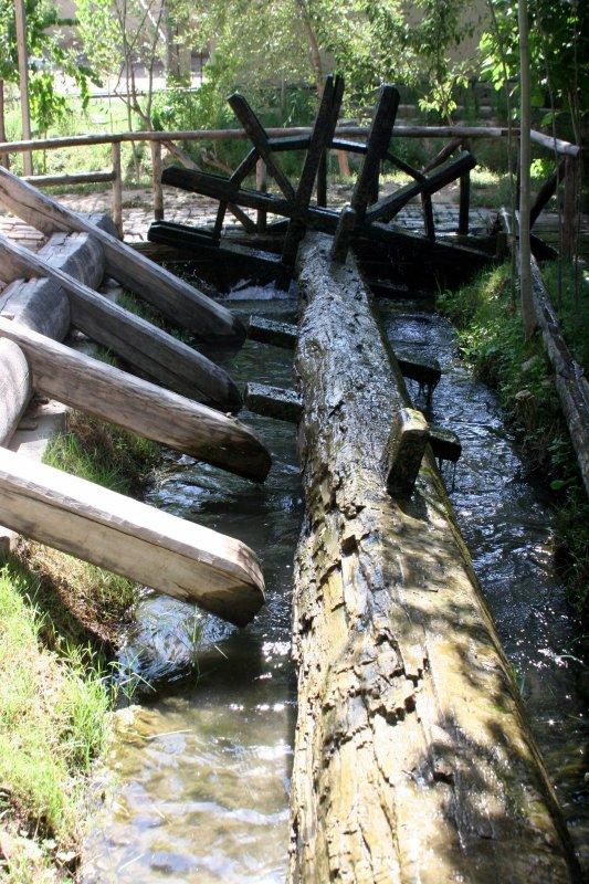 Водяное колесо приводящее в движение деревянные жернова