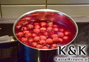przygotowanie deseru z gruszkami i wiśniami