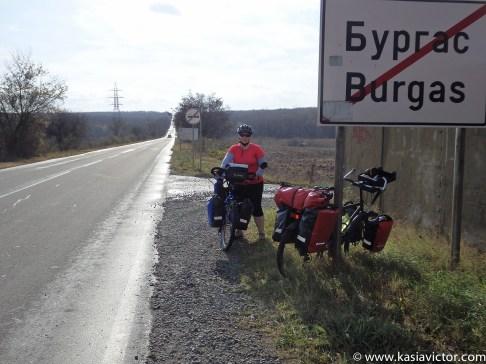 Wyjazd z Burgas w pełnym słońcu i krótkich spodniach / Salida de Burgas en pleno sol y pantalón corto