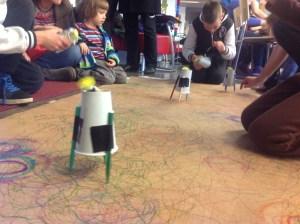 Piirtorobotteja ja lapsia (Piirtorobottipaja kaupunkiverstaalla 10.10.2015)