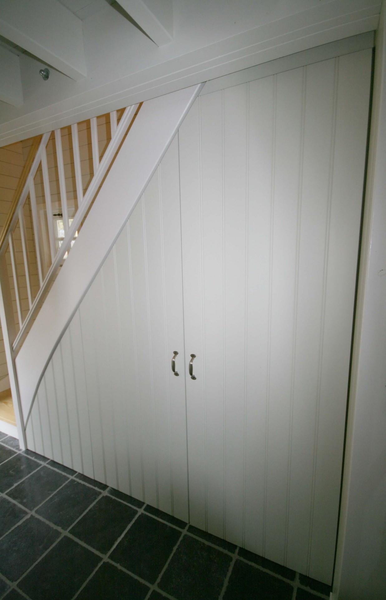Halkast onder trap in cottage stijl  KastID  Kasten