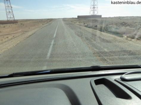 Schmale Straße durch kaputten Straßenrand