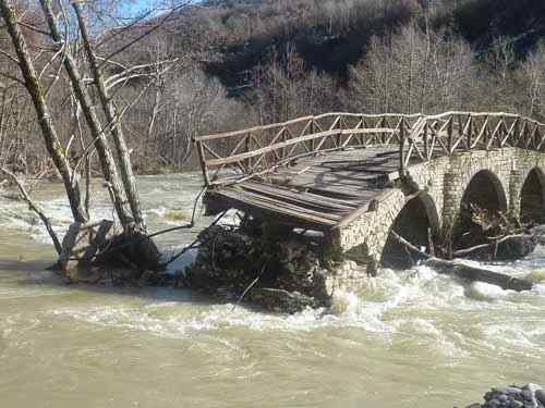 σπασμένη γέφυρα στο ριβερ παρτυ