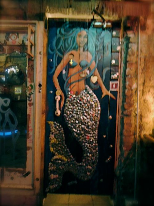 budapest guided tour jewish district ruin bar pub szimpla decoration decor mermaid handle telephone door