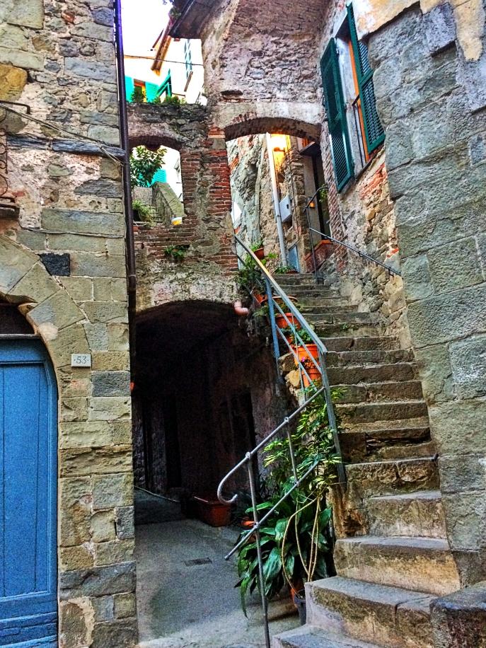 passage old building UNESCO cinque terre Corniglia