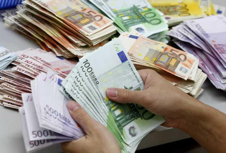 Κατασχέσεις καταθέσεων για οφειλές άνω των 70.000 ευρώ προς την εφορία