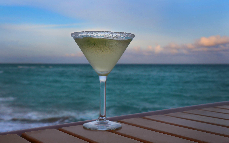 – 8 b Key Lime Martini beach bar at newport pier mixing mixologist serene beach miami photographer katherine eastman recipe food photography photo journalism waves ocean cool_01