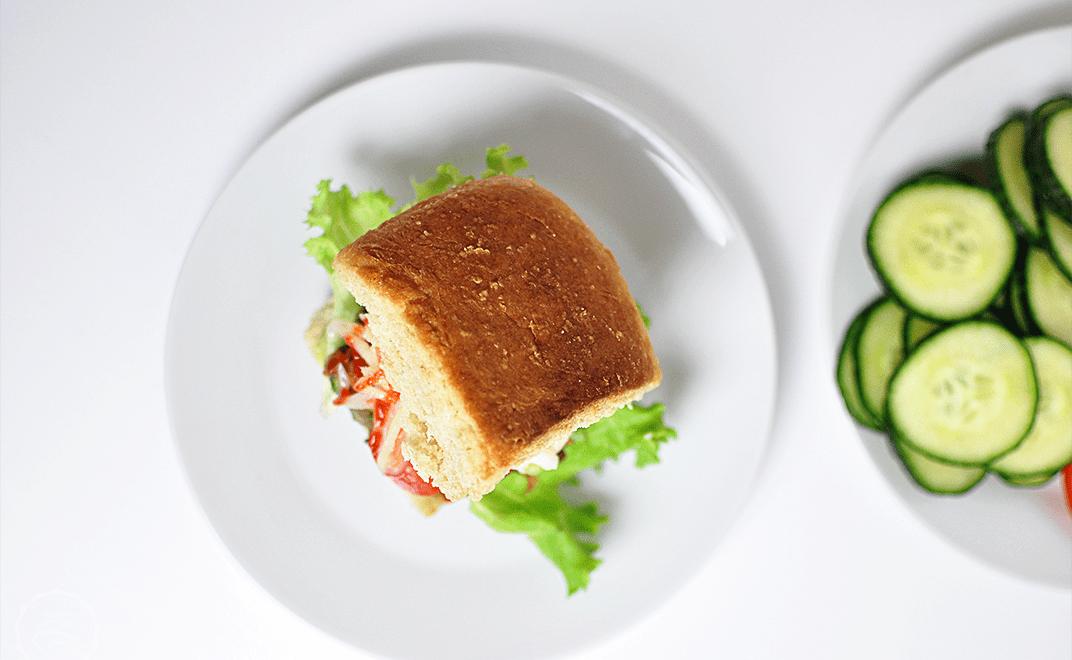 Tofu-Gemüse-Burger mit Guacamole und Kohlrabi-Slaw