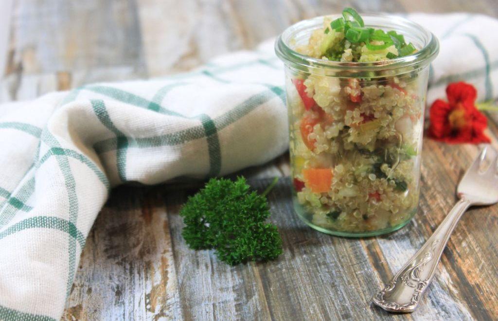 Quinoa-Tabouleh mit Avocado und Kohlrabi