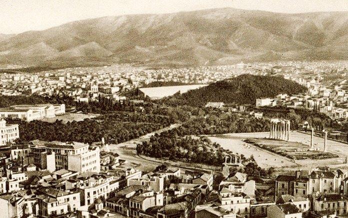 Πλακοστρώσεις, μεγάλες λεωφόροι, κλειστά ρέματα, αποκέντρωση: Ο κίνδυνος των επιδημιών διαμόρφωσε το σύγχρονο πρόσωπο της Αθήνας. Εδώ και αιώ- νες, η εξέλιξη του πολεοδομικού σχεδιασμού των πόλεων συνδέεται με την υγιεινή. Το ίδιο συνέβη από τα πρώτα βήματα της Αθήνας ως πρωτεύουσας του νεοελληνικού κράτους, τότε που οι αρχιτέκτονες Κλεάνθης και Σάουμπερτ σχεδίασαν μια πόλη που φρόντιζε την υγεία των κατοίκων της.