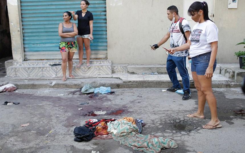 i-pio-aimatiri-astynomiki-epicheirisi-se-favela-toy-rio-me-dekades-nekroys-fotografies2